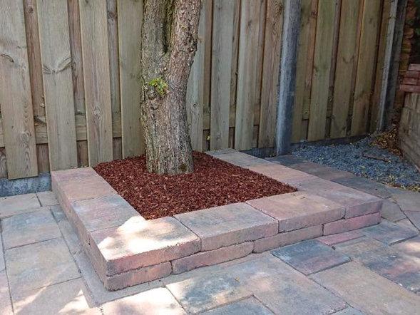 Planten bak met boom voorzien van Boomschors